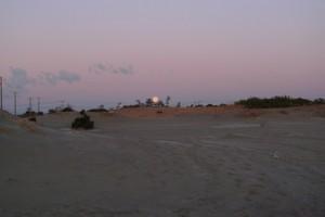 初日の出時の月没